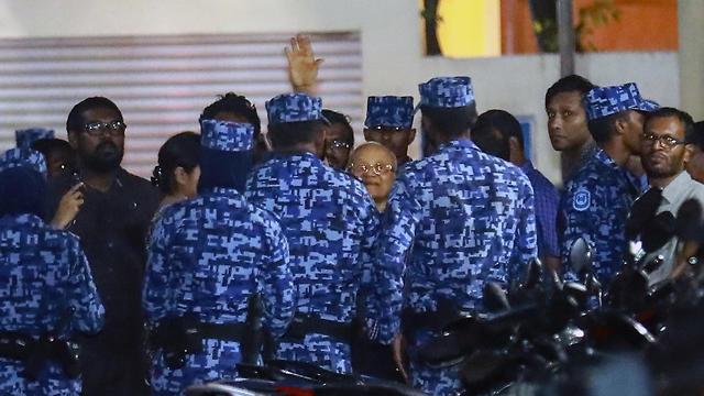 """""""המשיכו בעבודתם"""". נשיא המלדיביים לשעבר מאמון עבדול גאיום נעצר על ידי המשטרה (צילום: AP) (צילום: AP)"""