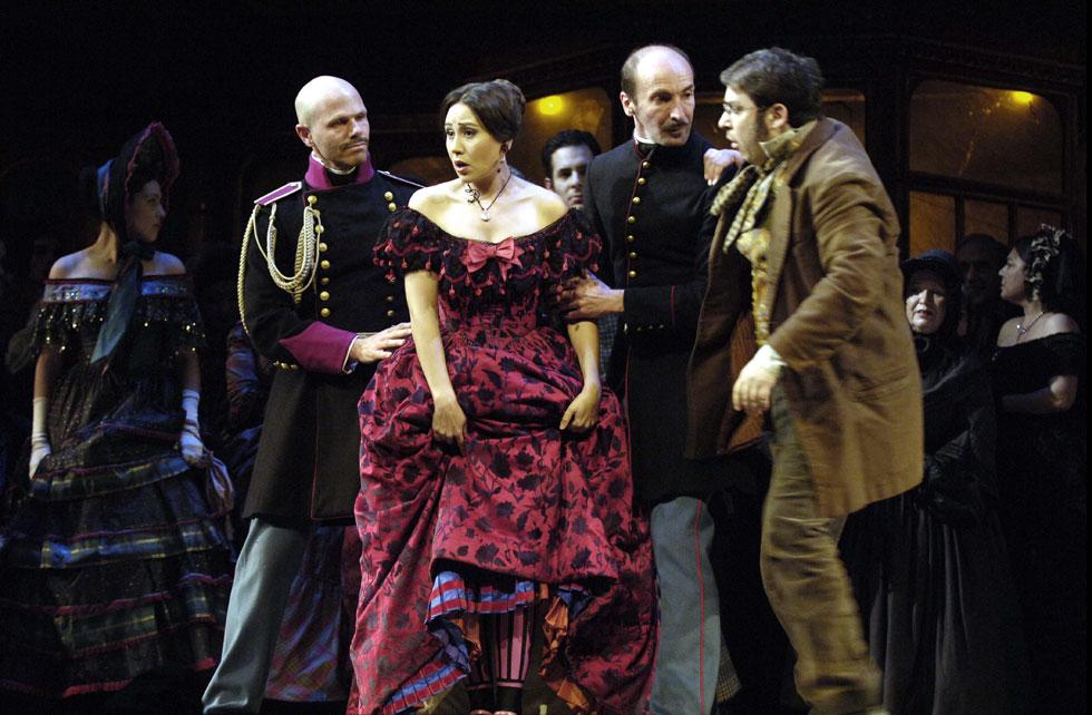 האופרה הישראלית. מכירה של מאות תלבושות מהפקות שונות (צילום: יוסי צבקר)