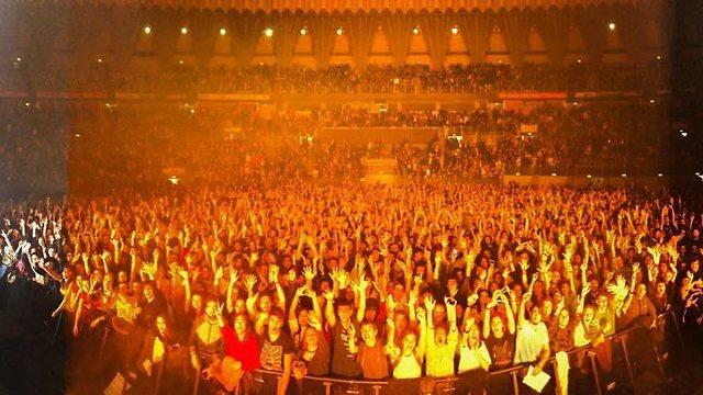 """מעדיפים לשיר מאשר לרקוד. הקהל ברומא (צילום: יח""""צ) (צילום: יח"""