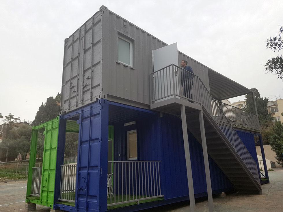 הקירות במכולות התחתונות נבנו בנסיגה, כדי לאפשר מרפסת קטנה. שתי סוגיות מקומיות מקשות על הקמת המכולות בזריזות ובזול: הראשונה היא אילוצי הביטחון, שמכריחים הוספת מרחבים מוגנים מבטון; והשנייה קשורה לחוקי התכנון. בישראל, על פי חוק, רוחבו המינימלי של חדר הוא 2.6 מטרים  (צילום: אורן אלדר)