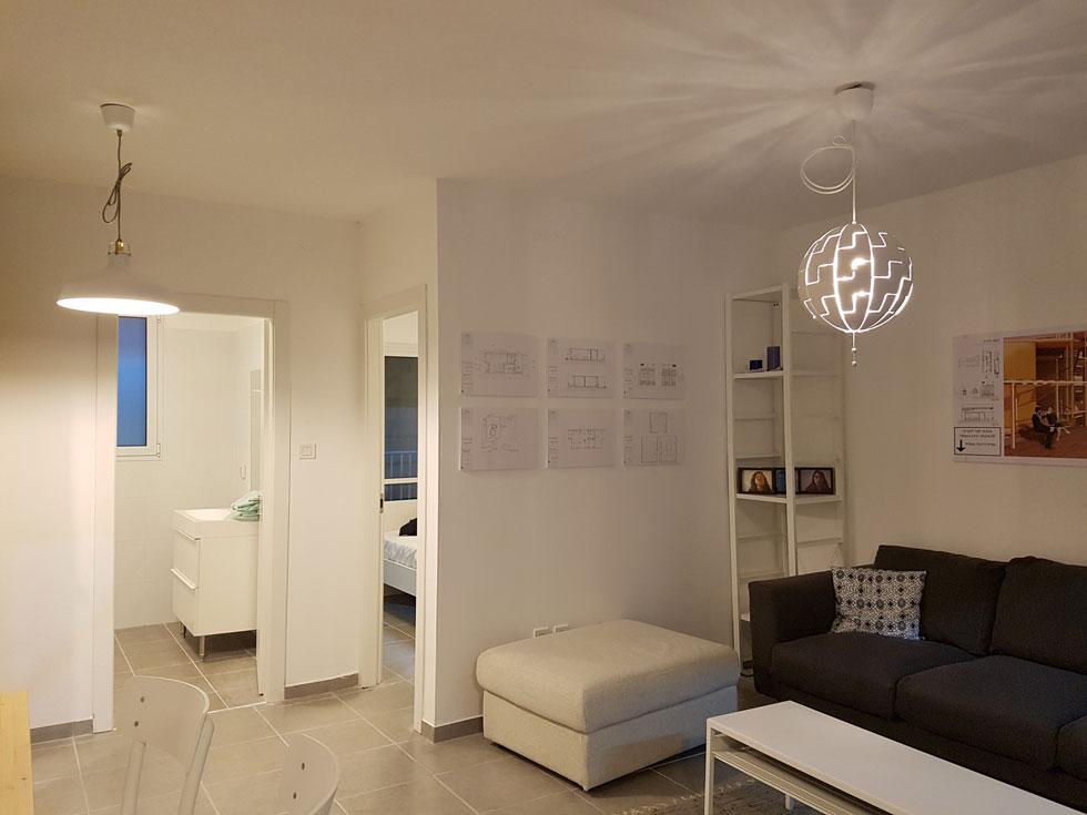 """דירת שני חדרים נוצרה על ידי חיבור שתי מכולות. אב-טיפוס של תמר פרדקין, מריה שווץ ושני קלוג. """"היינו שמחות לגור בה""""  (צילום: אורן אלדר)"""