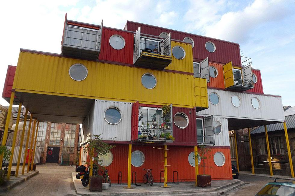 """בחו""""ל בנייה במכולות היא אופנתית (בתמונה בניין מתוך פארק מכולות בלונדון). ''אנחנו צריכים לשנות את התפיסה ולהתייחס למכולה כאל בלוק בנייה'', אומר טרי ניומן, מנכ""""ל ישראמרין, המתמחה בבניית מכולות (צילום: Cmglee, cc)"""