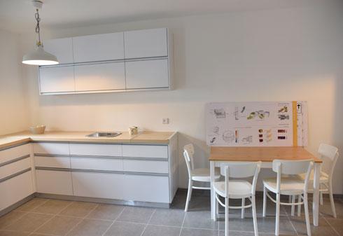 """מטבח ופינת אוכל בדירת שני חדרים. ''כל הדירה שלי'', אומרת פרדקין, """"היא בערך בגודל של הסלון פה'' (צילום: שרון צור)"""