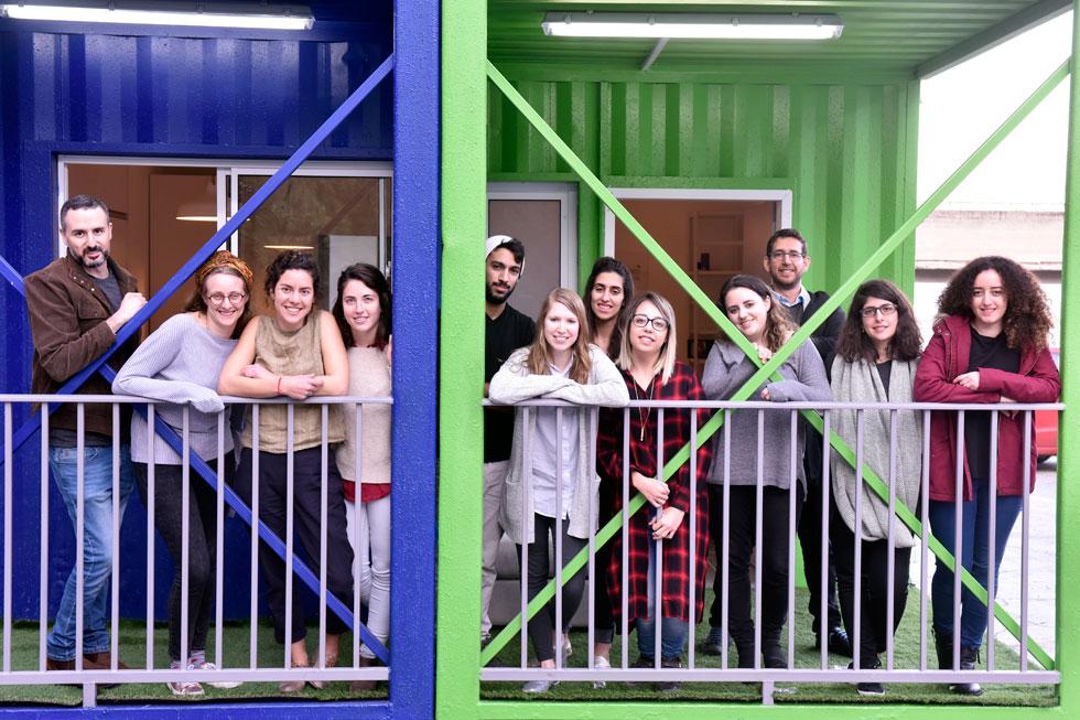 הסטודנטים והמנחה גיא אוסטרן. לדבריו, עבודה עם חברה מסחרית מאפשרת לסטודנטים לחוות לראשונה את התכנונים שלהם בקנה מידה אמיתי, ואת המגבלות הקשורות לעבודה בעולם שבו לטעות בשרטוטים יש מחיר, וללוחות זמנים יש משמעות (צילום: שרון צור)