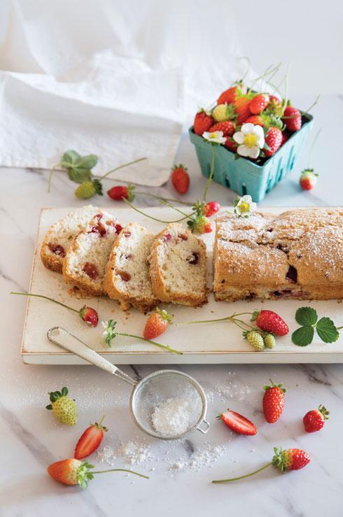 עוגה בחושה עם תותים ושמנת חמוצה (צילום: יוסי סליס, סגנון: נטשה חיימוביץ')