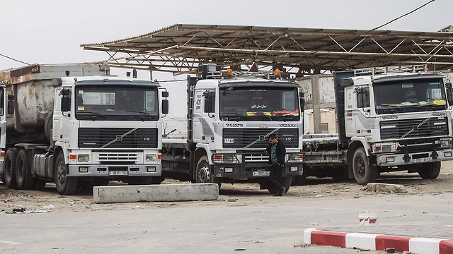 File photo. Trucks carrying goods near the Kerem Shalom crossing (Photo: AFP)