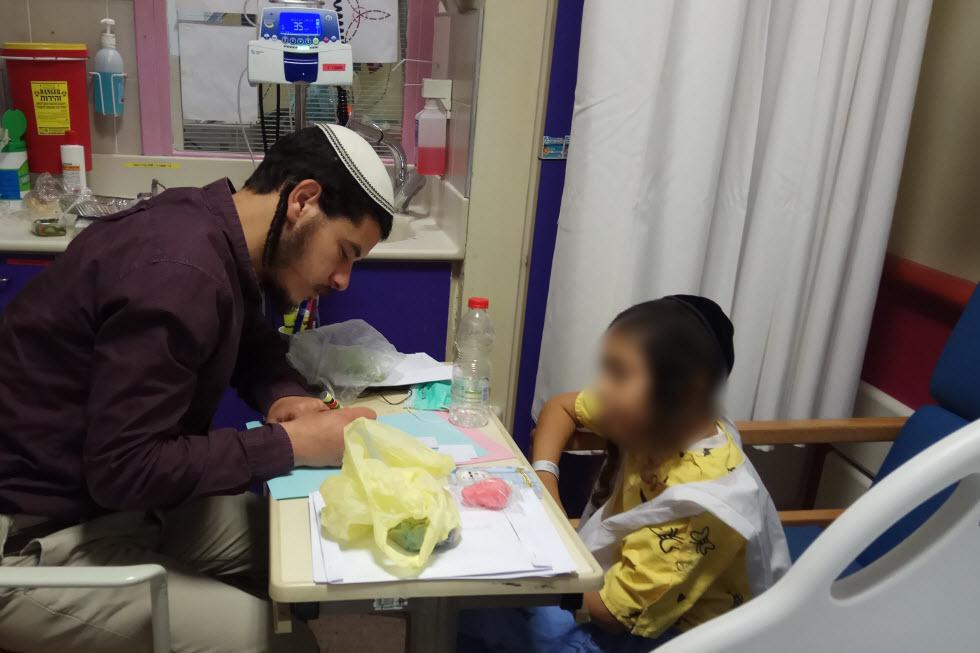 """""""הוא הרוויח חיים. מה אני הפסדתי?"""". ישי שריג בבית החולים משחק עם הילד.  (צילום: אלבום משפחתי) (צילום: אלבום משפחתי)"""