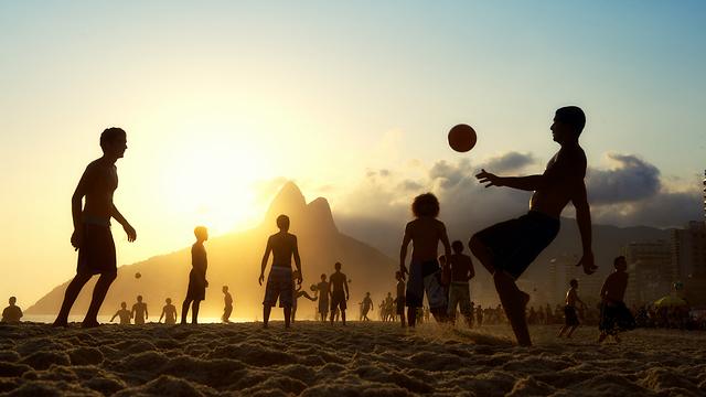 נערים משחקים כדורגל בחוף של ריו דה ז'נרו (צילום: שאטרסטוק)