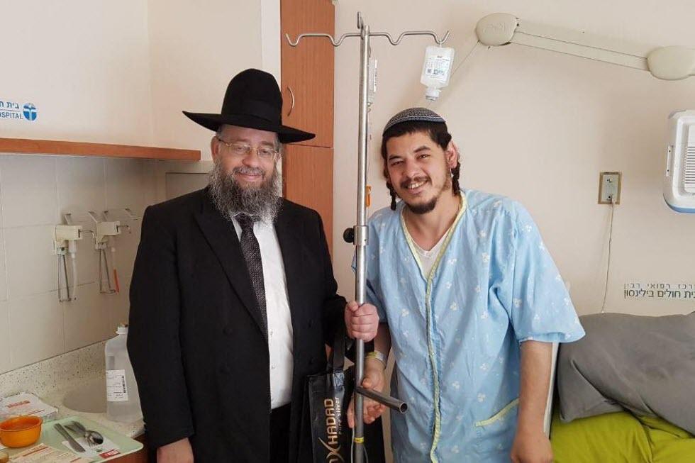 ישי שריג עם הרב הבר שהקים את עמותת מתנת חיים לאחר הניתוח (צילום: אלבום משפחתי) (צילום: אלבום משפחתי)