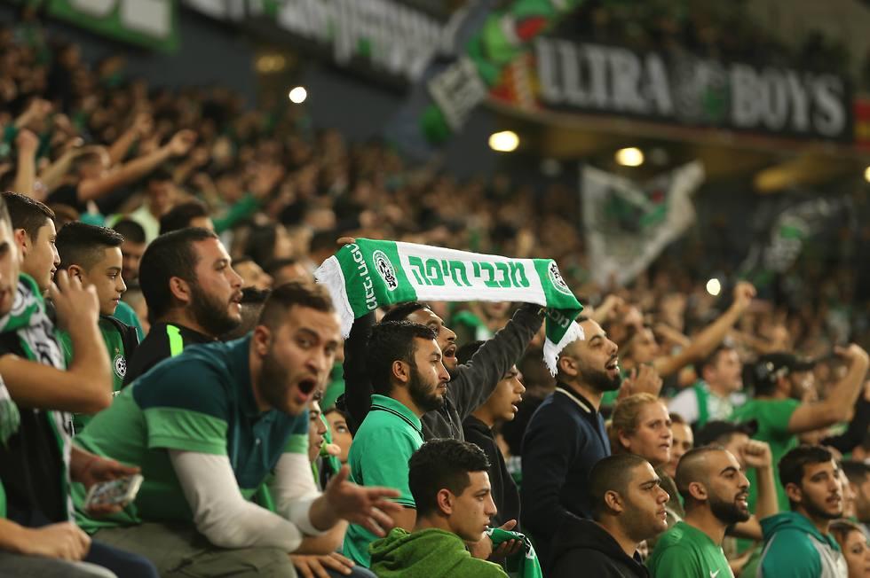 אוהדי מכבי חיפה ביציע (צילום: אלעד גרשגורן) (צילום: אלעד גרשגורן)