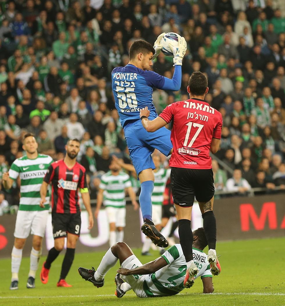 גלזר תופס את הכדור מעל תורג'מן (צילום: אלעד גרשגורן) (צילום: אלעד גרשגורן)