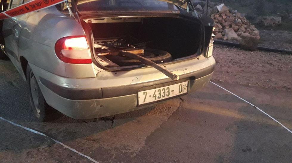 המכונית שבה הגיע המחבל לפתח היישוב ()