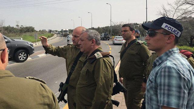 """הרמטכ""""ל איזנקוט בזירת הפיגוע בצומת אריאל (צילום: דובר צה""""ל)"""