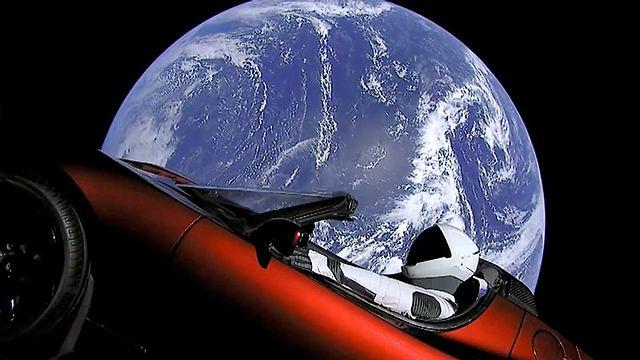 המכונית ובה בובת האסטרונאוט, בתמונה שפרסם מאסק (צילום: AP) (צילום: AP)