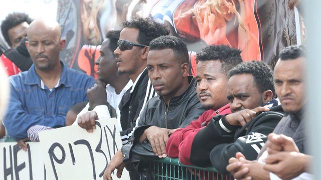 """""""אנשים נרצחים ברואנדה, נעלמים בדרך"""" (צילום: מוטי קמחי) (צילום: מוטי קמחי)"""