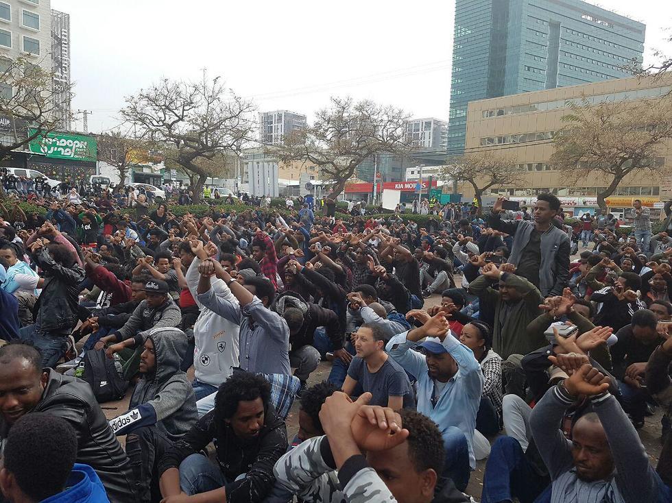 המפגינים מול שגרירות רואנדה. מעדיפים ללכת לכלא ()