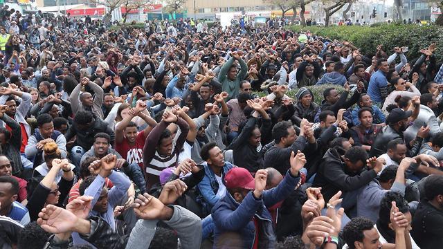 ההפגנה מול שגרירות רואנדה בהרצליה (צילום: מוטי קמחי) (צילום: מוטי קמחי)