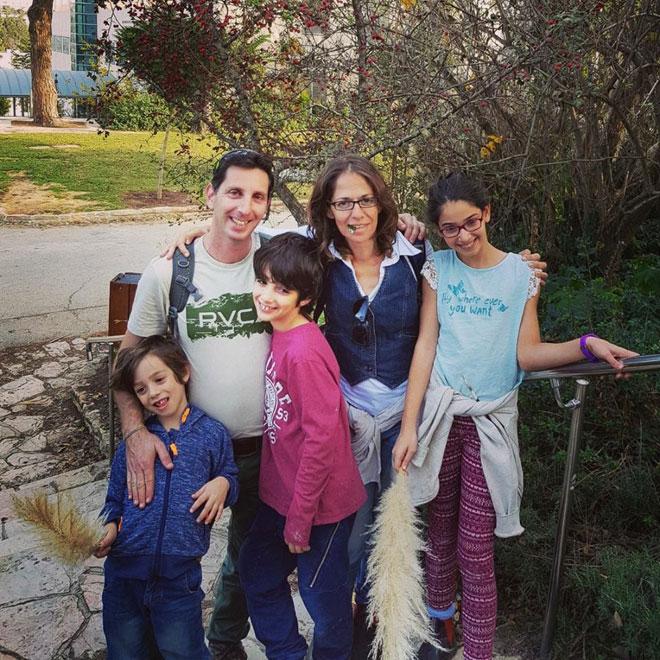 """עם הבעל ושלושת הילדים. """"החוויות של הילדים שלנו לא דומות לאלה שהיו לנו"""" (צילום: אלבום פרטי)"""