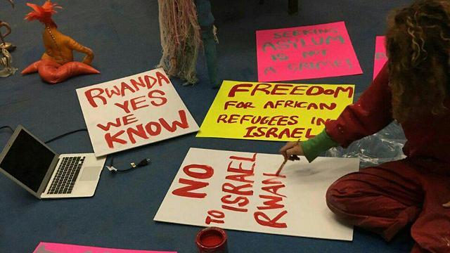 הפגנה נגד גירוש מבקשי מקלט מול שגרירות רואנדה בניו יורק ()