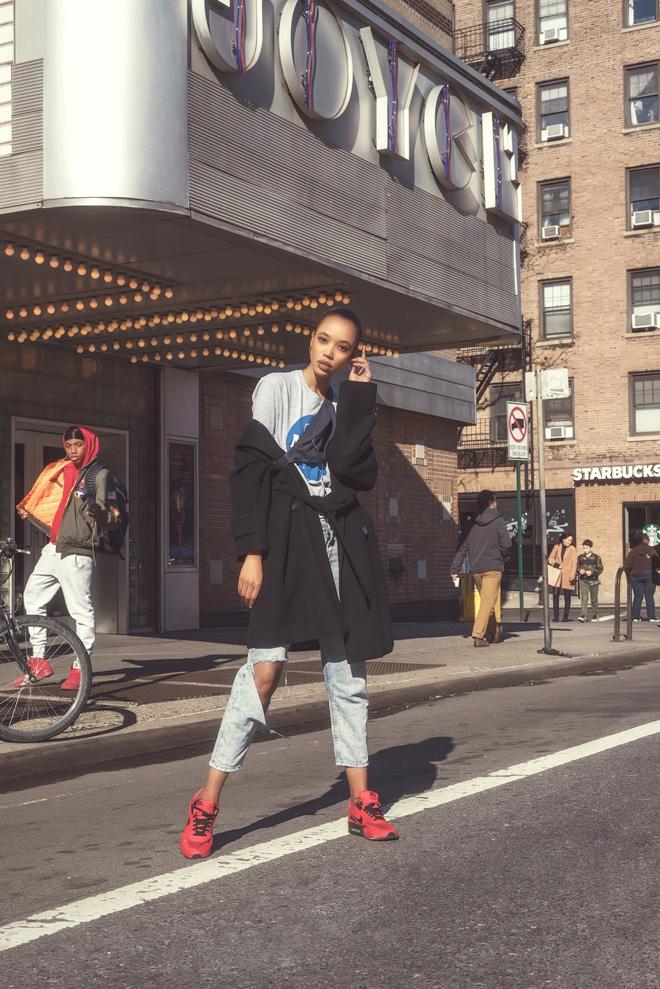 טי שירט, גאפ; מעיל, ברברי; פאוץ', אסוס; ג'ינס, ליווי'ס; נעליים, נייקי  (צילום: אביב אברמוב)