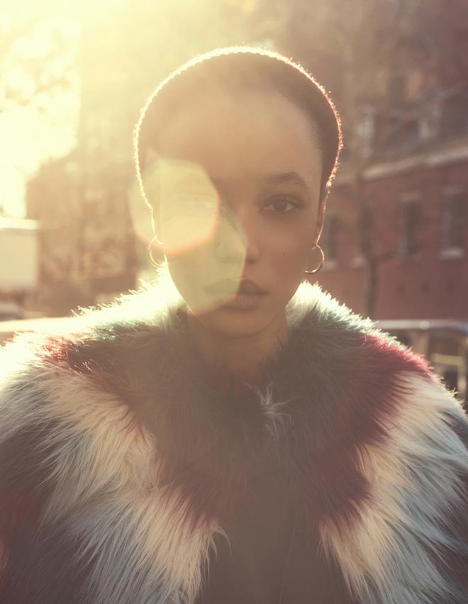 מעיל דמוי פרווה, DKNY; עגילים, וינטג' (צילום: אביב אברמוב)