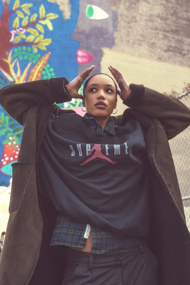מעיל, פראדה; סווטשירט, סופרים x אייר ג'ורדן; חולצה, H&M; מכנסיים, זארה (צילום: אביב אברמוב)