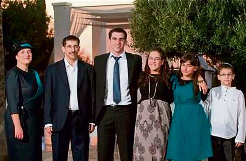 """עם הילדים, בחתונתו של הבן הגדול רוני. מימין: דניאל, שירה, תמר, רוני, אורי ז""""ל ומיכל"""