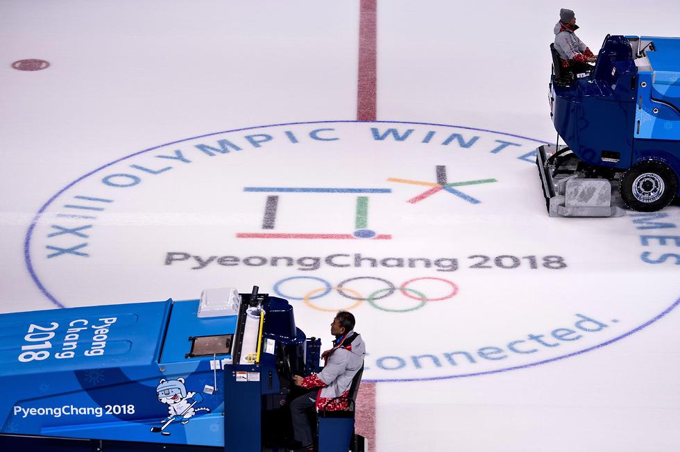 הכנות אחרונות. משטח הקרח להחלקה האמנותית  (צילום: AFP) (צילום: AFP)
