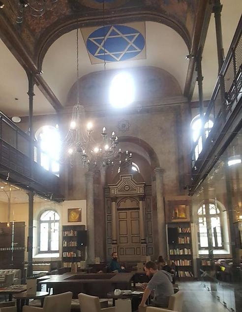 מגן דוד על התקרה - וברקע ארון הקודש (צילום: מאיר דודסון)