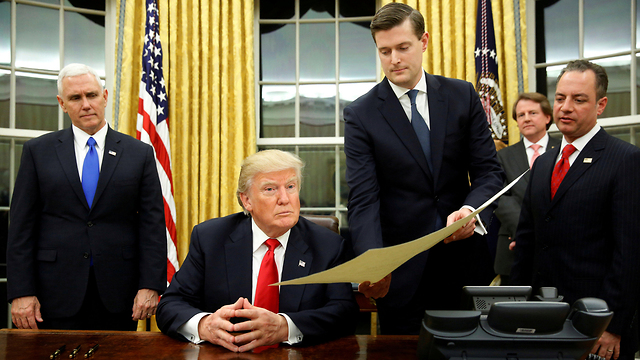 עוזר קרוב ביותר לנשיא. פורטר מגיש מסמך לטראמפ (צילום: רויטרס) (צילום: רויטרס)