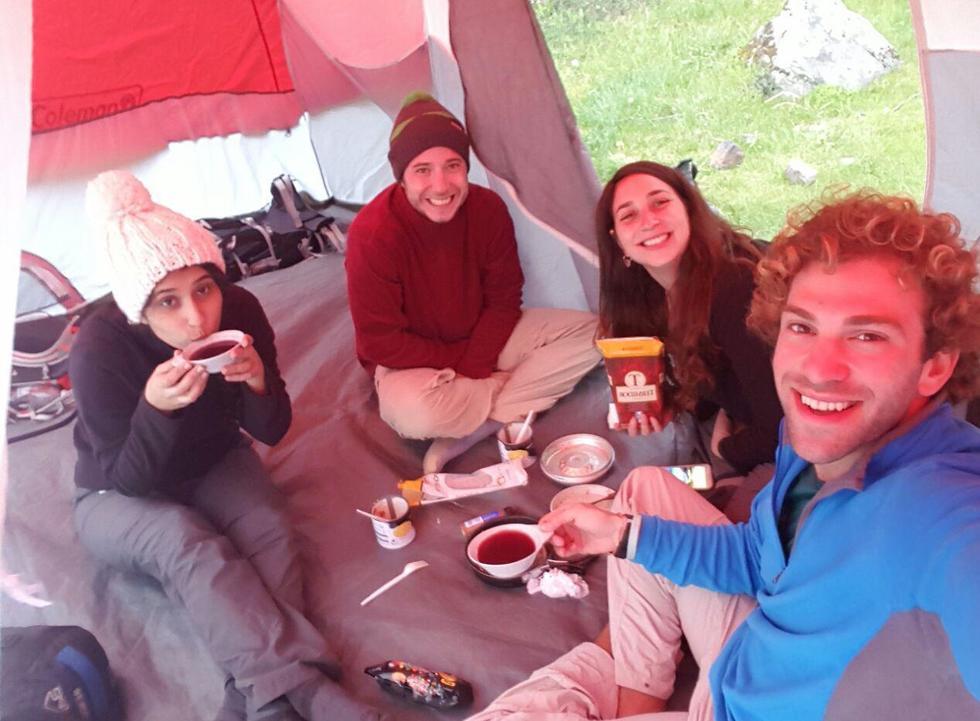 אווירה טובה בתוך האוהל (צילום: סער יעקובוביץ) (צילום: סער יעקובוביץ)