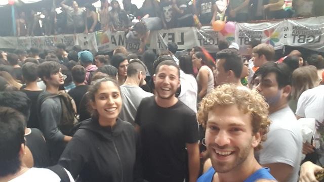 סלפי ספונטני במצעד הגאווה (צילום: סער יעקובוביץ) (צילום: סער יעקובוביץ)