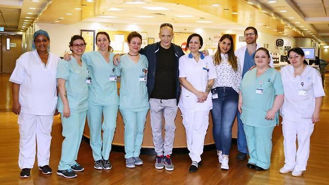 אדם עם הצוות הרפואי (צילום: ליאור צור, דוברות בית החולים איכילוב) (צילום: ליאור צור, דוברות בית החולים איכילוב)