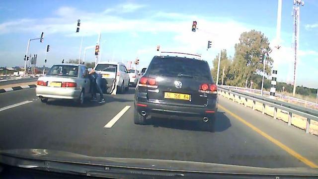 מכה את הנהג (צילום: איתמר רותם, באדיבות mynet חדרה) (צילום: איתמר רותם, באדיבות mynet חדרה)