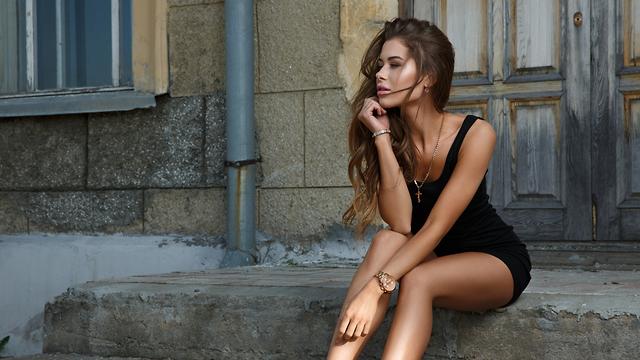תלבושת אחידה למפגשי טינדר. שמלה שחורה קטנה (צילום: Shutterstock) (צילום: Shutterstock)
