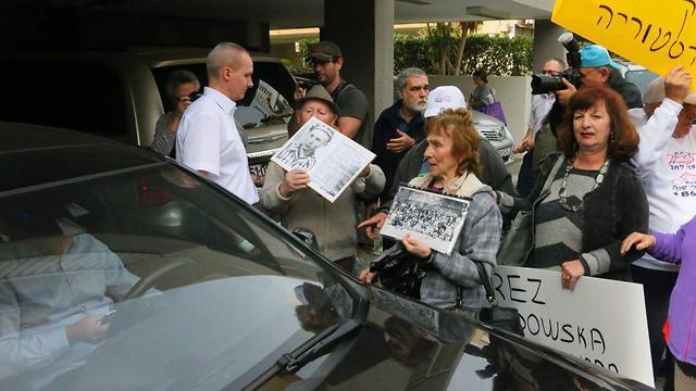 The diplomat encircled by the protestors  (Photo: Motti Kimchi)