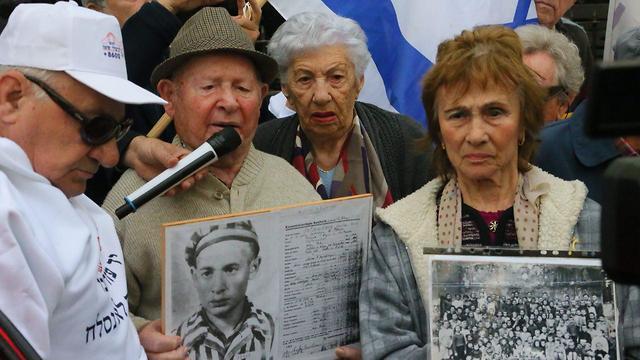 Polish Holocaust survivors outside the Polish Embassy in Tel Aviv (Photo: Motti Kimchi)