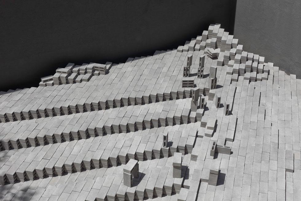 ביתן אל אקו במקסיקו נבנה ב-2010. לדברי אסקובדו, הרעיון המרכזי שעומד מאחורי התכנון בעבודותיה, החל מראשיתן, הוא העברת מימד הזמן באדריכלות באמצעות שימוש בחומרים יומיומיים וצורות פשוטות   (עיצוב: Frida Escobedo, צילום: Rafael Gamo)