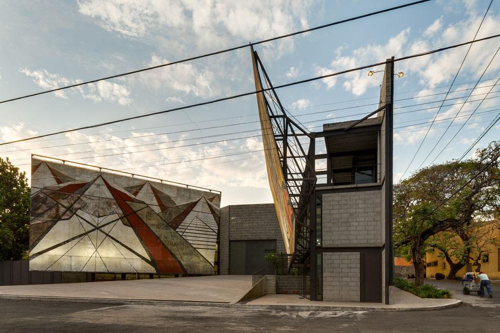 """מוזיאון """"לה טרלה"""" בקוארנבה מקסיקו. תכנון המוזיאון סימן את אסקובדו כאחד הקולות הבולטים באדריכלות המקסיקנית העכשווית   (עיצוב: Frida Escobedo, צילום: Rafael Gamo)"""
