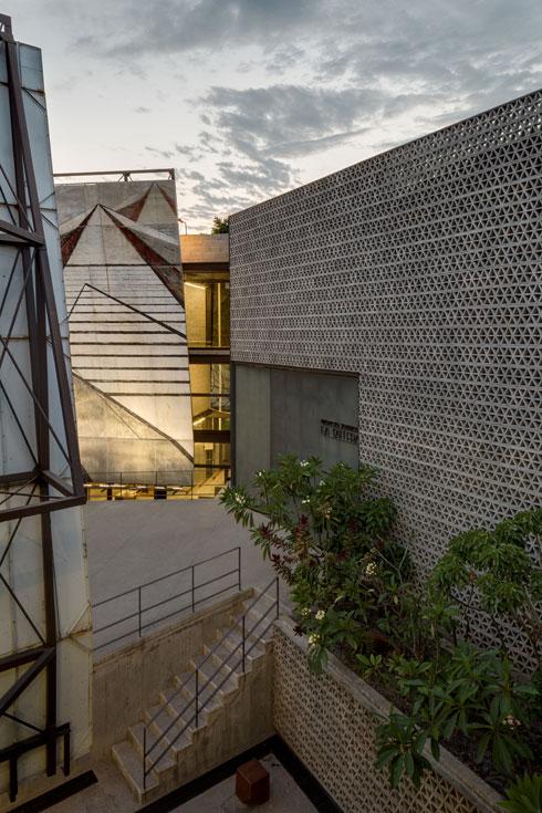 """מוזיאון """"לה טרלה"""". קירות משרבייה וציורים של האמן האקטיביסט סיקיירוס (עיצוב: Frida Escobedo, צילום: Rafael Gamo)"""
