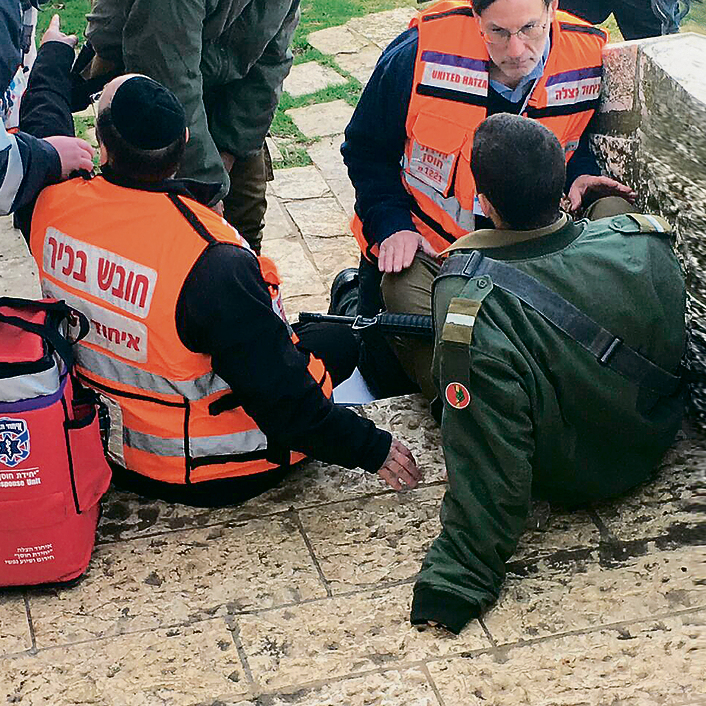 """אנשי חוס""""ן מרגיעים חייל אחרי הפיגוע בארמון הנציב"""