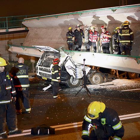 המשאית הלכודה מתחת לגשר שהתמוטט בכביש גהה