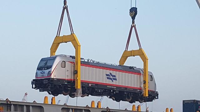 Электрический локомотив в порту Хайфы. Фото: Ахия Равед