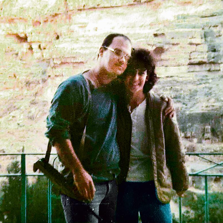 """ארד עם תלמידתו לשעבר ענבל בן־ברית כהן בטיול, 1986 . """"מורה דרך ומורה לחיים"""""""