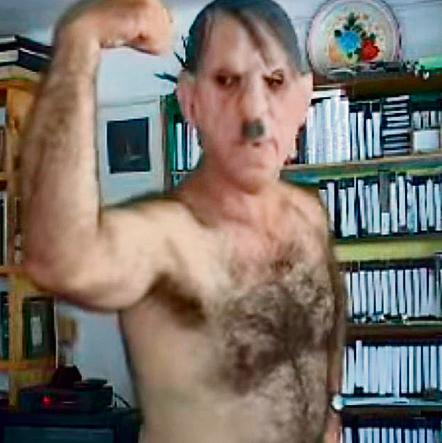 """ארד מחופש להיטלר במיצג וידאו ארט. """"היטלר שיגע את הוריי ואותי, ועכשיו אני משגע אותו"""""""