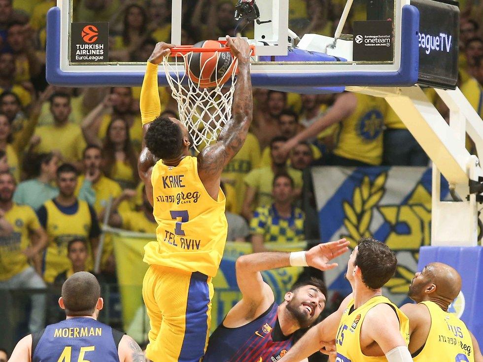 דיאנדרה קיין מטביע. ניצחון חשוב לצהובים (צילום: ראובן שוורץ) (צילום: ראובן שוורץ)