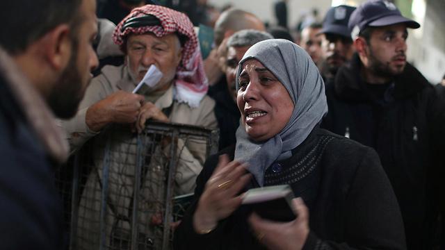 פלסטינים מחכים לעבור מעזה למצרים, אתמול במעבר רפיח (צילום: רויטרס) (צילום: רויטרס)