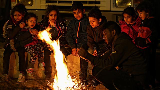 Palestininas waiting near the crossing (Photo: EPA)