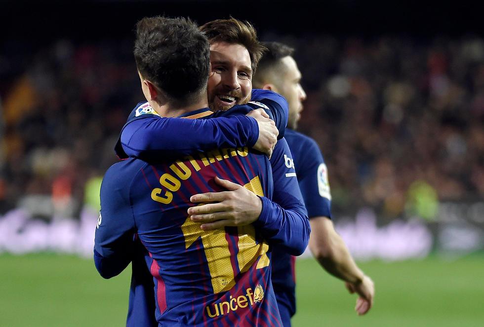 מסי מחבק את קוטיניו (צילום: AFP)