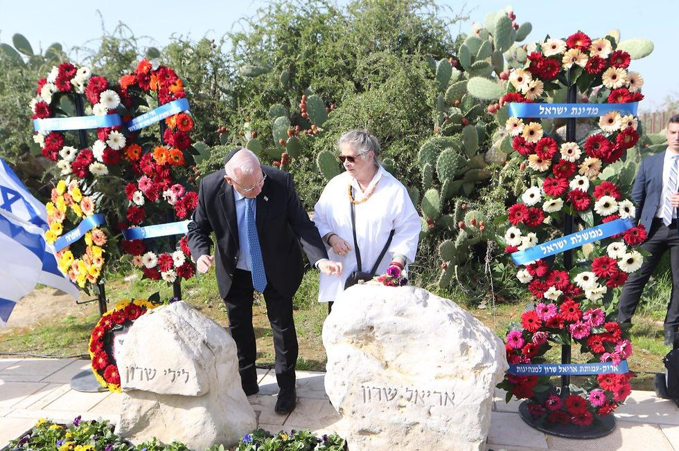 President Rivlin and wife Nechama place stones on Sharon's tombstone (Photo: Motti Kimchi)